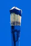 与蓝色油漆的画笔 免版税图库摄影