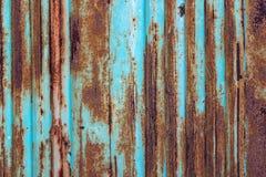 与蓝色油漆老层数的生锈的金属背景  纹理ru 图库摄影