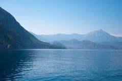 与蓝色海、天空、青山和山的土耳其风景 免版税库存图片