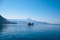 与蓝色海、天空、青山和山的土耳其风景 图库摄影