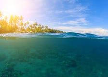 与蓝色海和天空的双重风景 海景分裂照片 双重seaview 库存图片