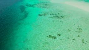 与蓝色海和盐水湖的热带风景 股票视频