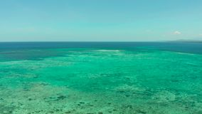 与蓝色海和盐水湖,巴拉巴克海峡,巴拉旺岛,菲律宾的热带风景 股票视频