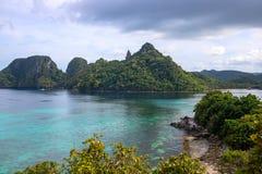 与蓝色海水和山的热带海边 与未触动过的盐水湖的美好的海景 免版税库存图片