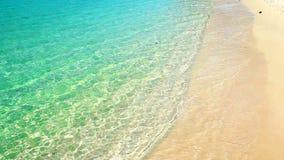 与蓝色海洋泡沫的软的波浪沙滩夏天背景的 股票视频