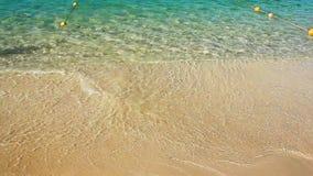 与蓝色海洋泡沫的软的波浪沙滩的 股票视频