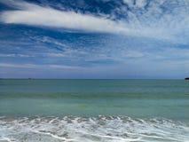 与蓝色海浪的美丽的蓝天 免版税图库摄影