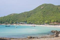 与蓝色海的天堂海岛典型海滩 库存图片