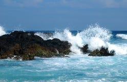 与蓝色海的巨大的波浪在Quy Nhon,越南 库存图片