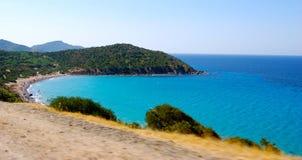 与蓝色海的沿海风景速度时间的 库存照片