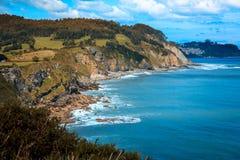 与蓝色海阿斯图里亚斯的美丽的风景峭壁 库存图片