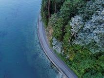 与蓝色海洋,温哥华的史丹利公园防波堤 图库摄影
