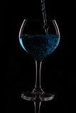 与蓝色液体的玻璃 库存照片