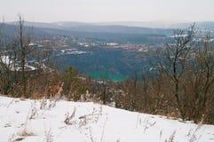 与蓝色湖的冬天风景 免版税图库摄影