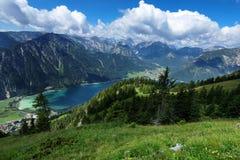 与蓝色湖的高山视图 Achen湖, Achensee,蒂罗尔,奥地利 免版税库存图片