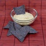 与蓝色玉米粉薄烙饼筹码的Hummus 免版税图库摄影