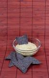 与蓝色玉米粉薄烙饼筹码的Hummus 免版税库存图片