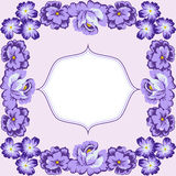 与蓝色玫瑰的卡片在淡紫色背景 库存图片