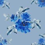 与蓝色玫瑰花束的水彩无缝的样式在蓝色背景的 图库摄影