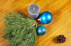 与蓝色球的新年2017年在木b的构成和蜡烛 免版税库存图片
