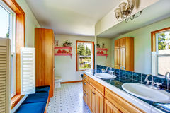 与蓝色瓦片桌面和两个水槽的典雅的卫生间内部 库存图片