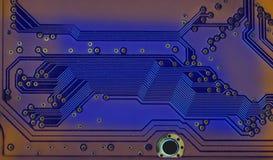 与蓝色电路板的现代样式硬件技术概念 宏观看法电子芯片焊接的道路和踪影 免版税库存照片