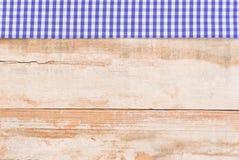 与蓝色白色土气织品边界的慕尼黑啤酒节背景在老木头 免版税库存图片