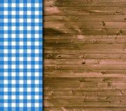 与蓝色白色桌布的传统木背景 免版税库存照片