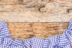 与蓝色白色的巴法力亚背景检查了在土气老木头的织品边界 图库摄影