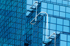 与蓝色的办公大楼视窗抽象视图设色了玻璃 图库摄影