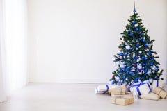 与蓝色的圣诞树在有玩具的一个绝尘室圣诞节的 免版税库存照片