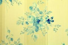 与蓝色的葡萄酒墙纸开花花卉样式 免版税库存图片