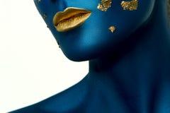与蓝色皮肤和金嘴唇的秀丽模型 微笑对巫婆妇女的黑发万圣节长的查找构成南瓜性感的射击 免版税库存照片