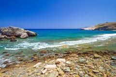与蓝色盐水湖的多岩石的海滩克利特的 库存照片