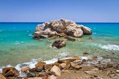 与蓝色盐水湖的岩石海湾视图 免版税图库摄影