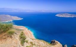 与蓝色盐水湖的海湾视图克利特的 库存照片