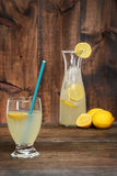 与蓝色秸杆的玻璃柠檬水 免版税图库摄影