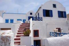 与蓝色窗口的别墅在圣托里尼海岛上 免版税库存照片
