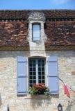 与蓝色窗帘的窗口,地区洛特加龙省,法国 免版税图库摄影