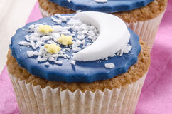 与蓝色结冰和甲晕的杯形蛋糕 免版税库存照片