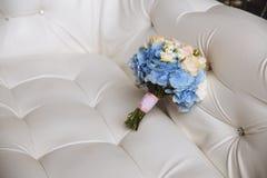 与蓝色花的婚礼花束在白色背景 免版税库存图片