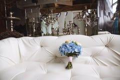 与蓝色花的婚礼花束在白色背景 免版税图库摄影