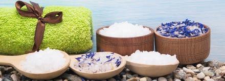 与蓝色花的海盐美容院的,长的照片 免版税库存照片