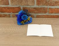 与蓝色花的蓝色心脏 免版税库存照片
