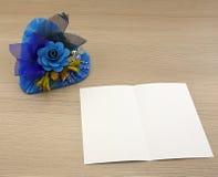 与蓝色花的蓝色心脏 库存图片