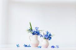 与蓝色花的静物画 免版税图库摄影