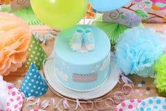 与蓝色蛋糕和气球的生日聚会 免版税库存图片