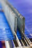 与蓝色螺纹宏指令的现代织布机 免版税库存图片