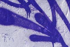 与蓝色街道画线的灰色墙壁纹理 免版税库存图片