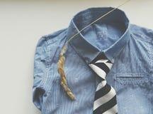 与蓝色衬衣,领带的构成 免版税库存照片